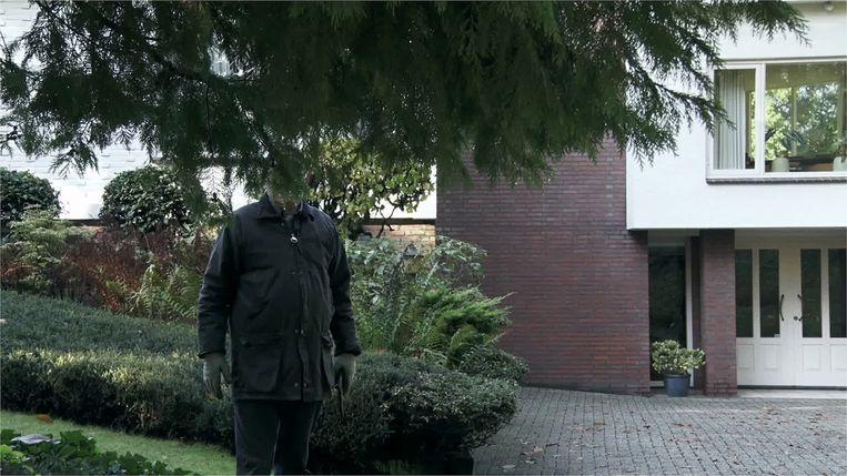 Een van de mensen achter de voordeur in A Man and a Camera verbergt zijn hoofd uiteindelijk achter het gebladerte. Beeld