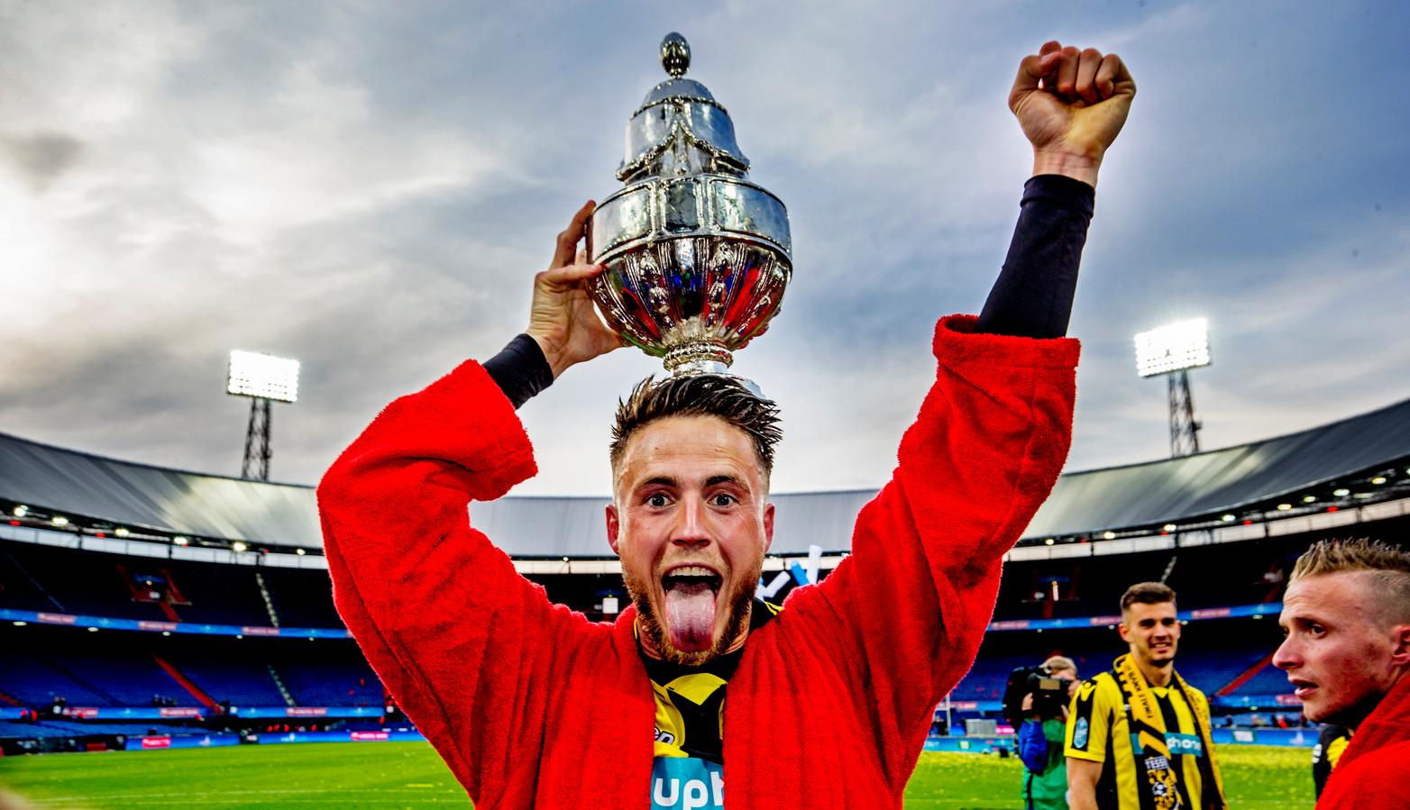 Ricky van Wolfswinkel met de KNVB-beker in 2017.