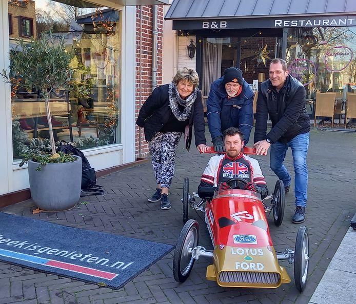 De eerste zeepkist in vorm van formule 1 racewagen werd zaterdag gepresenteerd. De organisatie v.l.n.r.: Ria Wijers, Nico Troost, Freek Stevens en in de zeepkist Max Wagener.