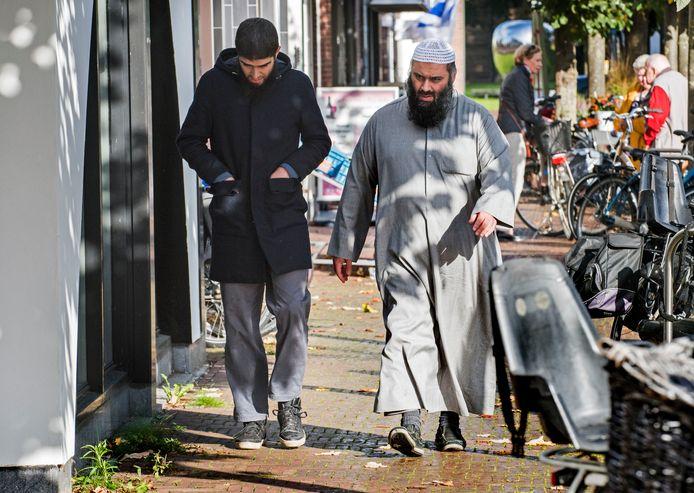 Imam Suhayb Salam van alFitrah komt dinsdagochtend aan bij het notariskantoor.
