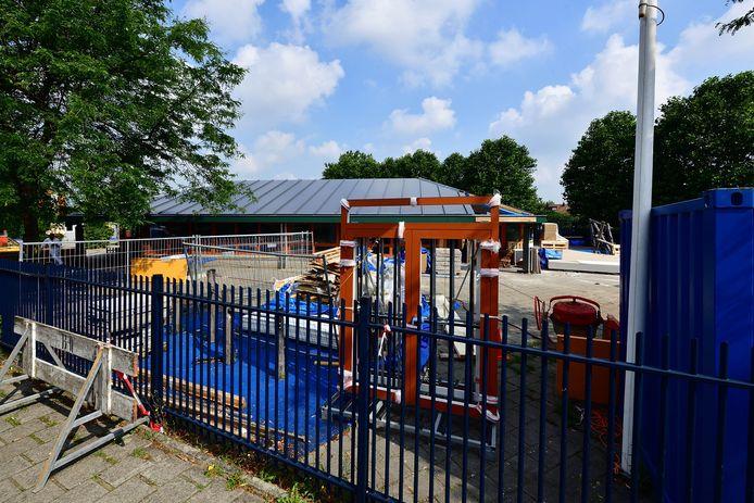 Basisschool de Noordster en de Welle worden verbouwd. Het nieuwe dak zit er al op.