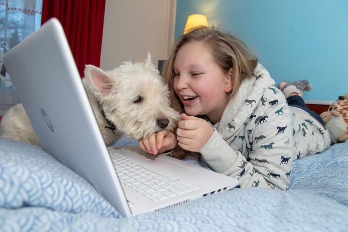 Rosalie uit Ommen werd online gepest en werkte mee aan een tv-film om dit probleem aan te pakken. Hondje Joris is haar steun en toeverlaat.