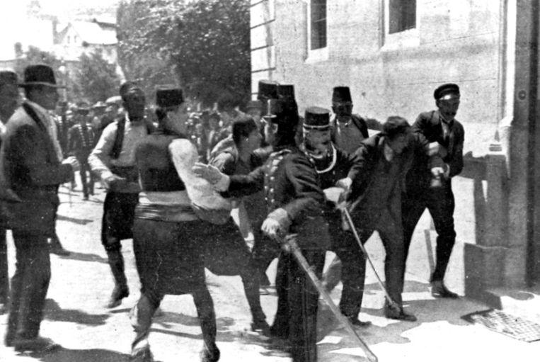 Gavrilo Princip bij zijn arrestatie na de moord op aartshertog Franz Ferdinand en zijn vrouw. Beeld ASSOCIATED PRESS