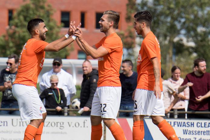 Wimilio Vink en Serhat Koc vieren de 1-0 van de middenvelder.