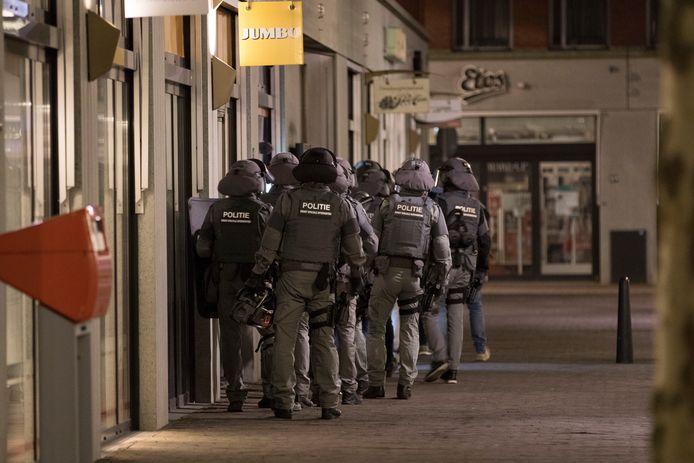 Een van de arrestatieteams staat op het punt om een woning binnen te vallen.