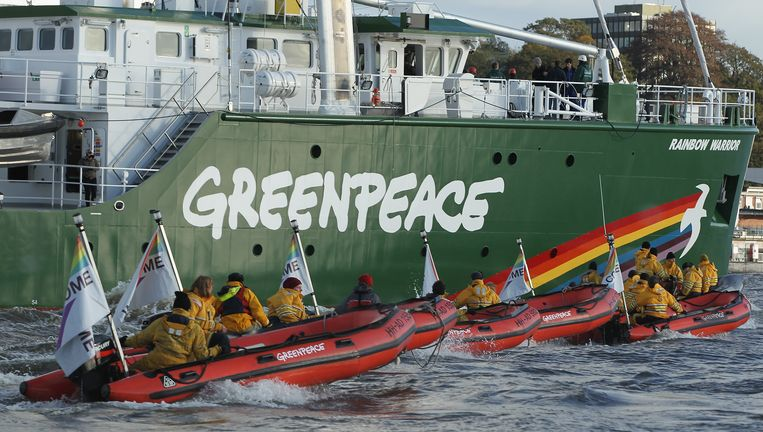 Zeker 100 actievoerders en bemmanningsleden van de Greenpeaceschepen Rainbow Warrior III en Esperanza zijn betrokken bij de actie. Beeld Getty Images