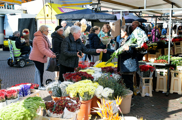 Bloemenverkoper op de markt van Papendrecht. dat mag vanaf nu niet meer.