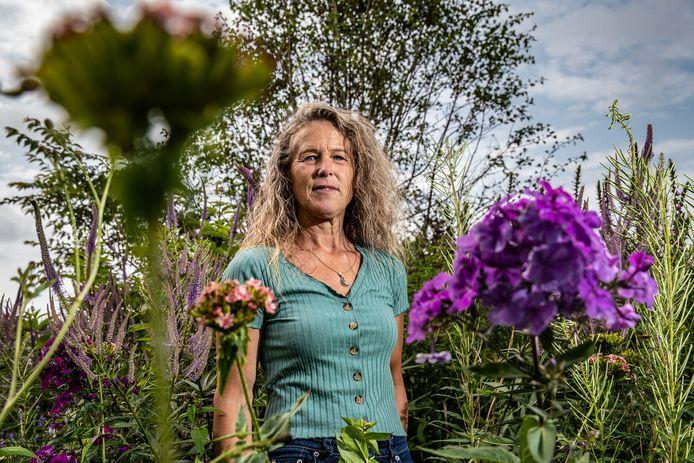 Herma Schmutzler in haar kleurrijke Theetuin in het buitengebied tussen Deventer en Olst.