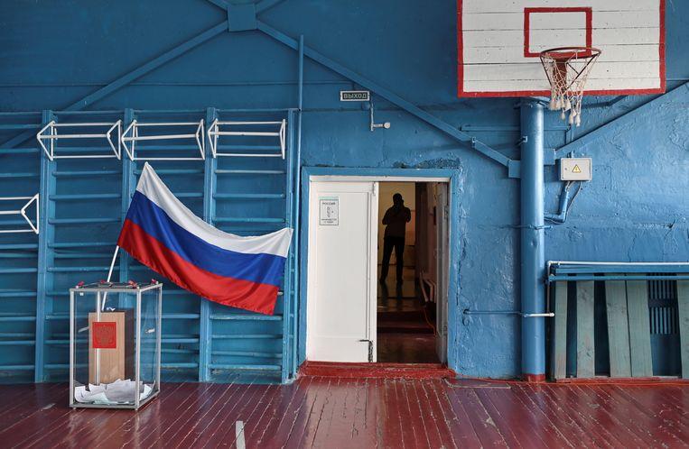 Een stemlokaal in het dorpje Nikolayevka in de buurt van Omsk, Rusland. Beeld REUTERS
