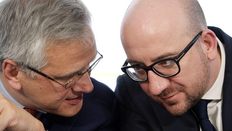 Minister van Werk Kris Peeters en premier Charles Michel. Beeld BELGA