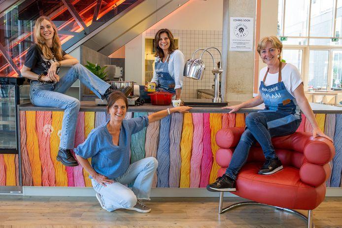 Van links naar rechts Sabine van Manen, Cornelie de Kuijper, Brigitte Wijnstok en Brenda Doornenbal van Grand Café Blàài.