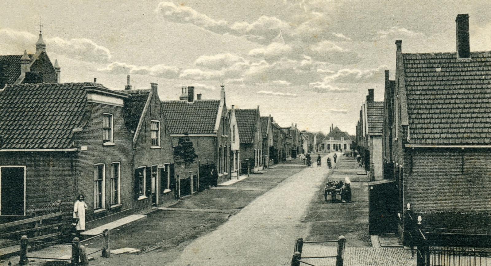 Oude foto van de Rijkestraat in 's-Gravendeel, met  helemaal links op nummer 2 het ouderlijk huis van Corrie Baars.