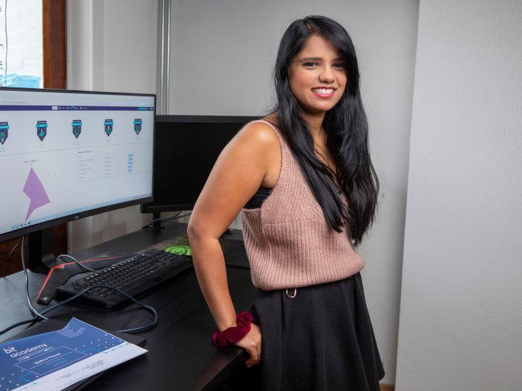 Safira (31) schoolde zich in tien weken om tot programmeur: 'Aan opgeven doe ik niet'
