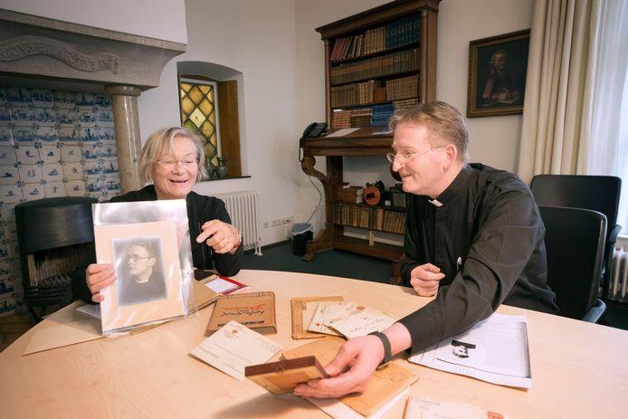 Marie-Anne Schram, een nicht van Arnold van Lierop en vicaris-generaal Marc Lindeijer van het bisdom Breda.