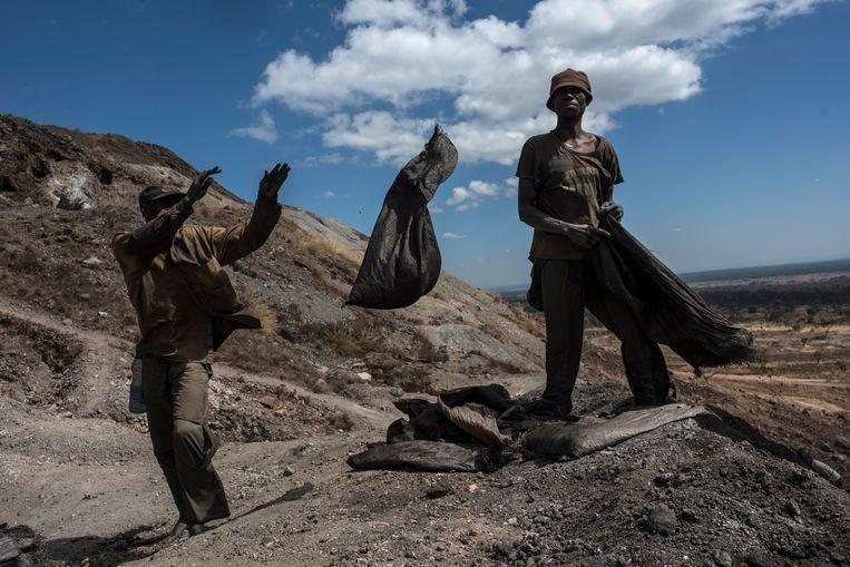 Winning van kobalt, gebruikt in batterijen, in Democratische Republiek Congo. Beeld Getty