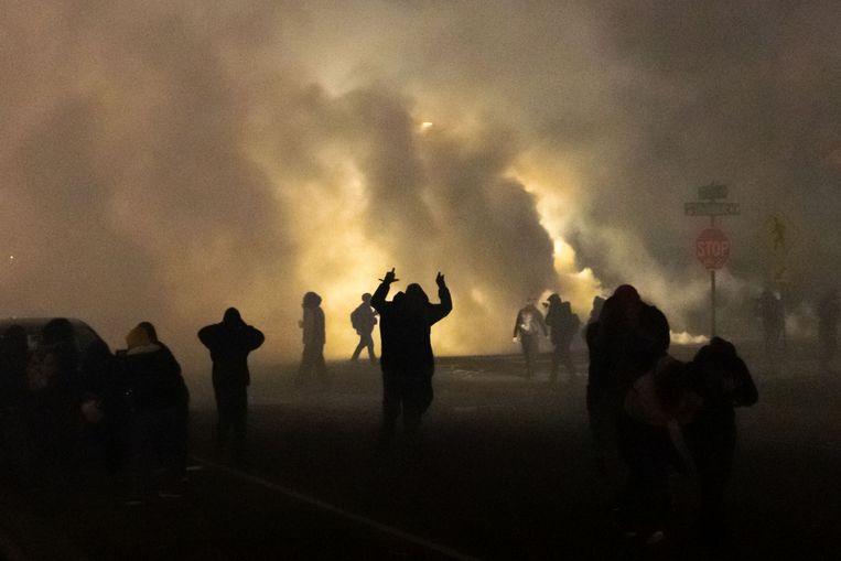 De Amerikaanse politie zet traangas in na onrust in Brooklyn Center. Beeld AFP