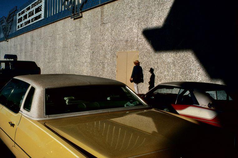 Las Vegas, met Amerikaanse sleeën als toevallige passanten. Beeld rv Harry Gruyaert