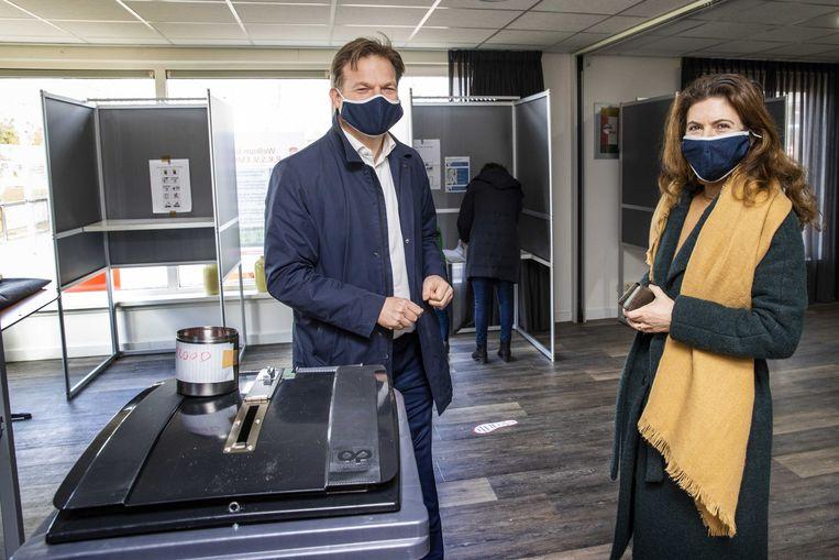 CDA-raadslid Ayfer Koç (rechts) brengt samen met echtgenoot en Kamerlid Pieter Omtzigt haar stem uit voor de Tweede Kamerverkiezingen. Beeld ANP