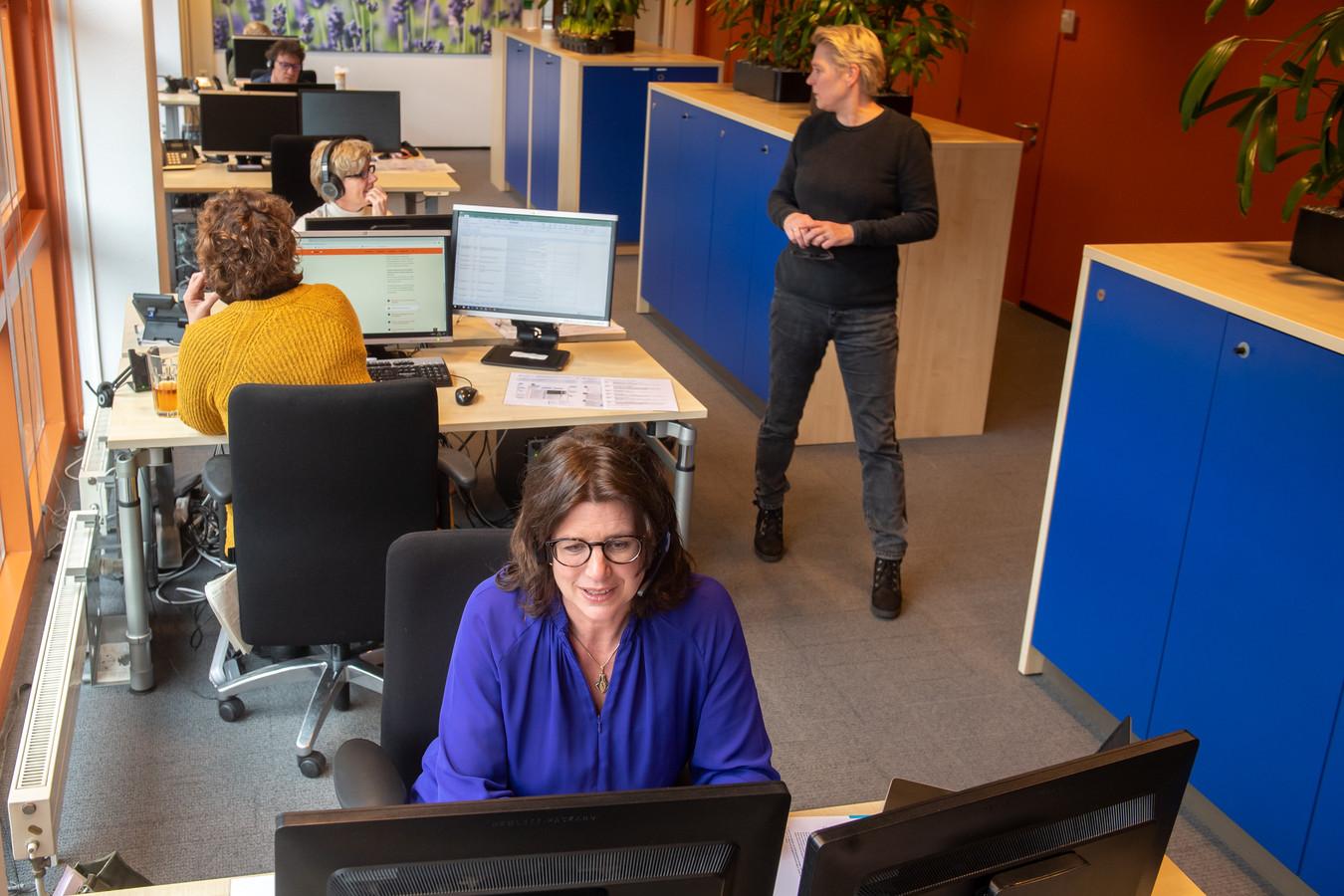Wethouder  Miriam Haagh bij het belteam van Zorg voor Elkaar Breda, dat telefoontjes opneemt en hulp biedt bij de talloze initiatieven, ook tegen vereenzaming.