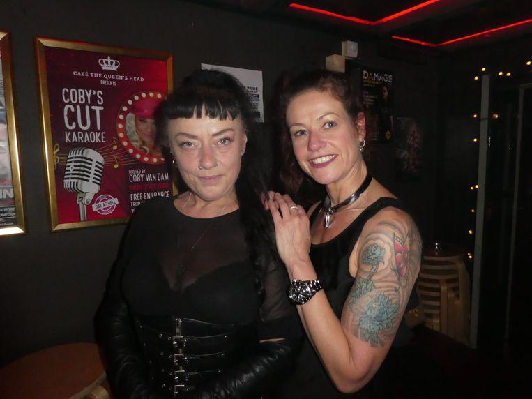 """Ook een paar vrouwen! Lady Ing (""""Net als de bank. Ik ben bekend in de wereld van fetisj en BDSM"""" – dat moest de verslaggever ook googelen) en Anuschka. Beeld Hans van der Beek"""
