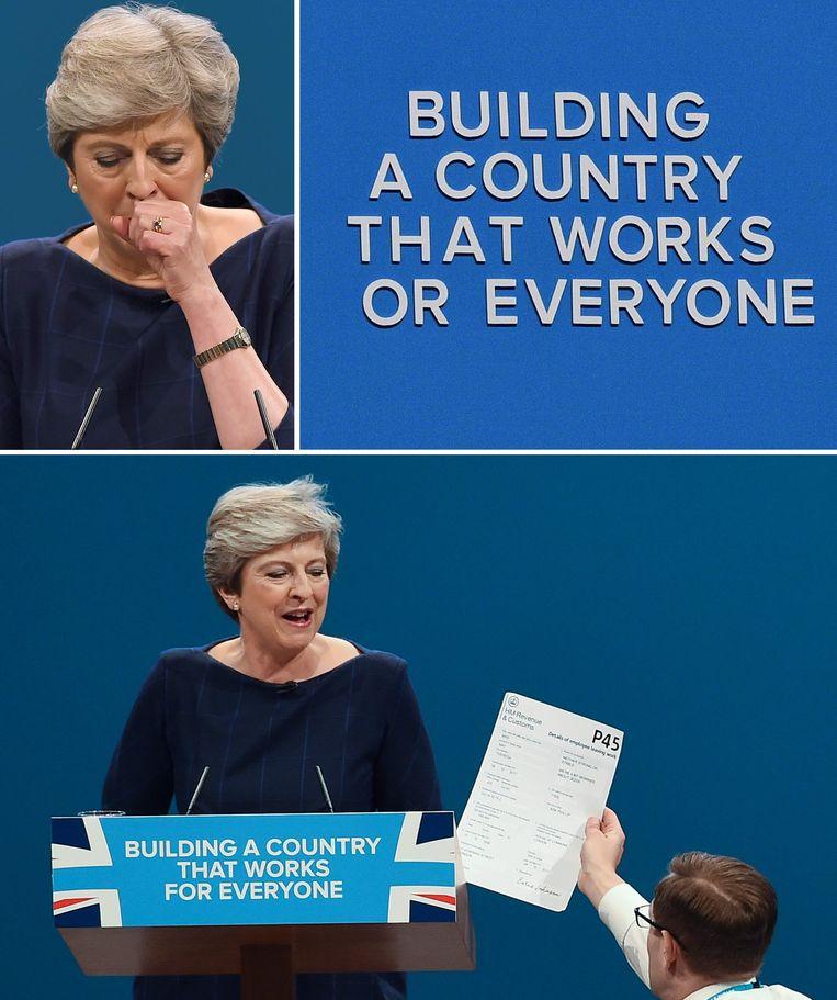 Drie fatale momenten uit de speech van Theresa May: ze kreeg een enorme hoestbui die maar niet wilde stoppen, letters vielen van het decor achter haar af en de onderbreking door een demonstrant, die May een ontslagformulier - een 'C4', in het VK bekend als een 'P45' aanbiedt.