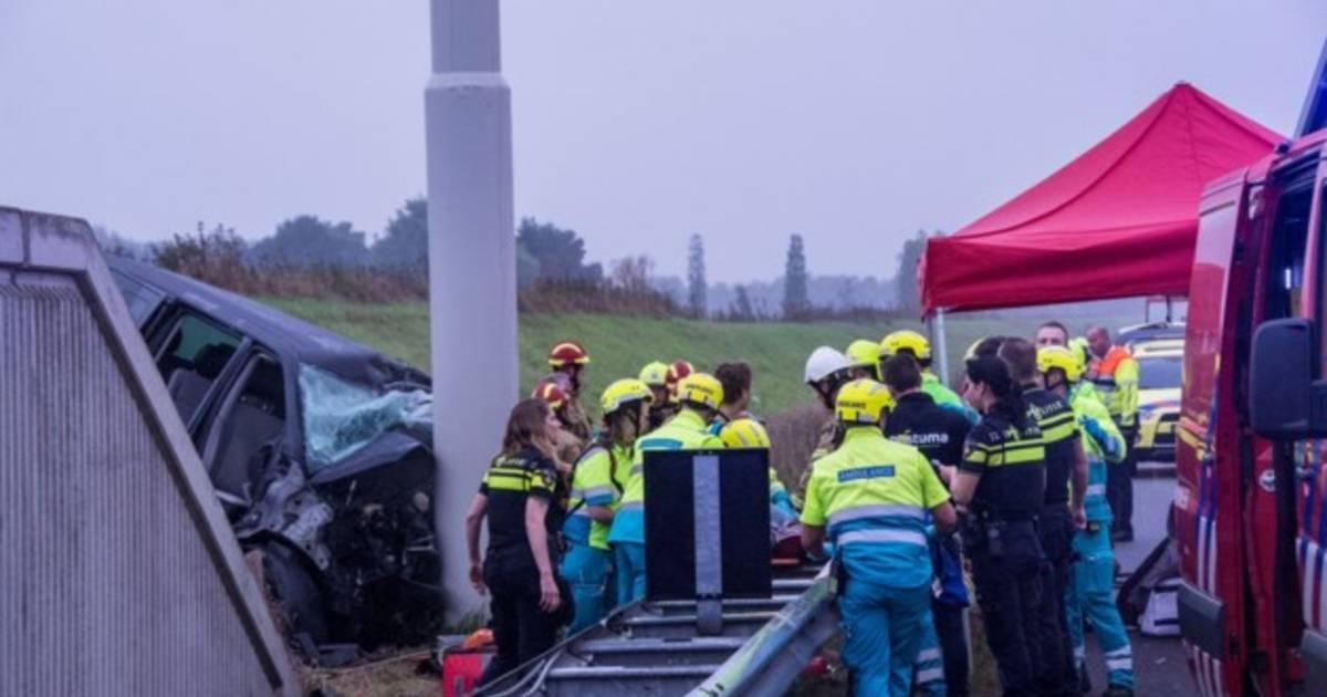 Twee doden en drie gewonden bij ongeluk met busje op A73 in Limburg.