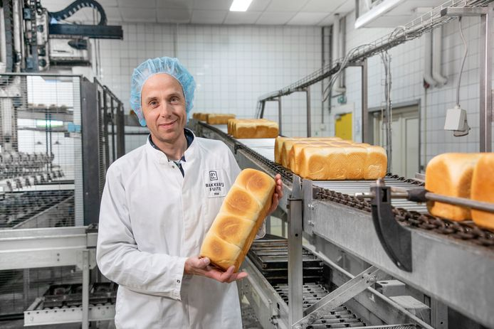 Klaas Fuite, ceo van de Apeldoornse bakkerij, laat een brood zien. Deze is nog zonder vitamine D.