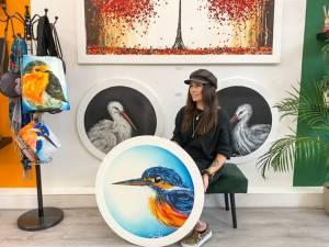 Zwolse Natasja (26) maakt ronde schilderijen, én dat slaat aan: 'Het is een keer wat anders'