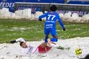 Moeskroen-verdediger Saad Agouzoul duelleert in de sneeuw met Genk-speler Angelo Preciado.