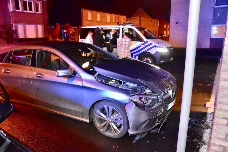 De Mercedes botste tegen de gevel van drukkerij Graphic Center, op de hoek van de Brugsestraat met de Abtsulstraat in Hulste.