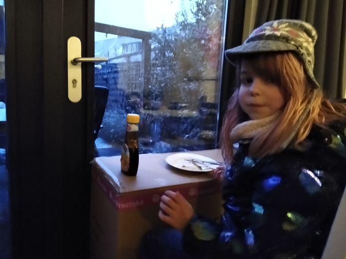 Hier is Storm, die geen seconde van de sneeuw wil missen, en daarom haar pannenkoeken aan het raam eet.