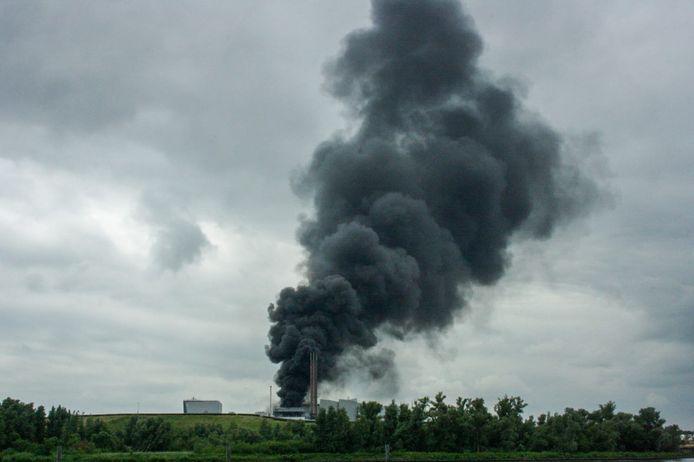 De zwarte rookwolken waren tot in de wijde omgeving te zien.