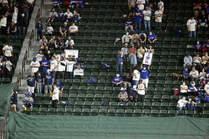 Bezoekers in het Globe Life Field stadion.
