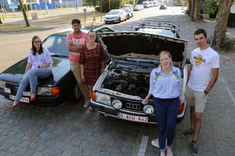 V.l.n.r.: Hanne Leysen, Laurens Dox, Maya Claessens, Charlotte Van Pelt en Jochem Anthonis bij hun Audi's.