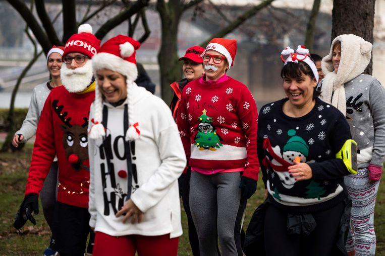 In Budapest, Hongarije, hielden ze enkele dagen geleden alvast een Ugly Christmas Sweater Run. Beeld EPA