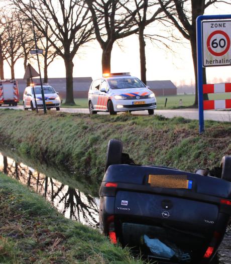 Auto slipt op spekgladde weg en belandt in sloot in Overberg