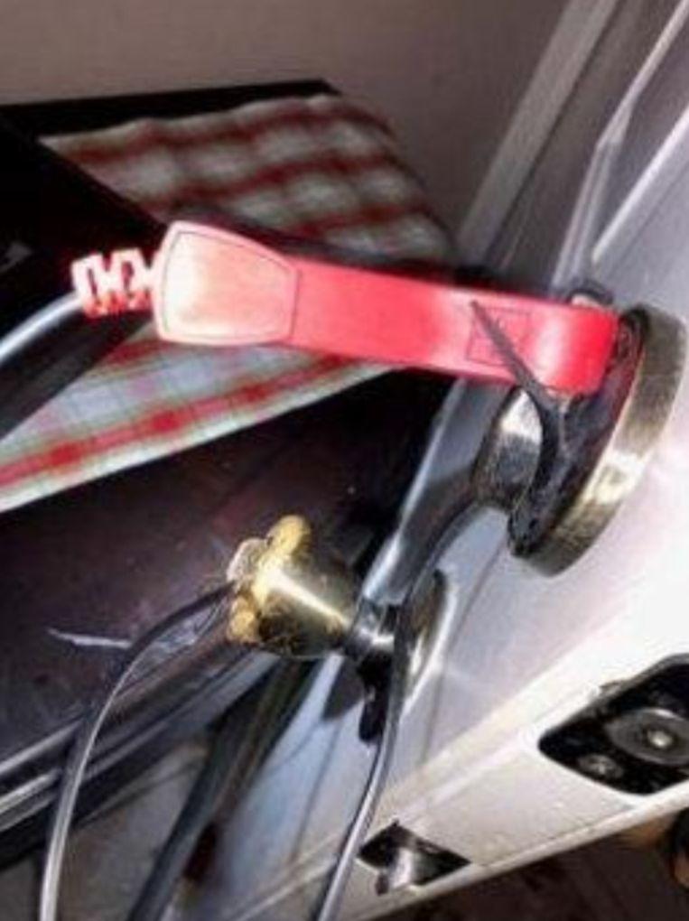 Als de vrouw de sleutel aan de buitenkant in het slot had gestoken en de sleutel had omgedraaid, zou ze een dodelijk elektrisch circuit in werking stellen.