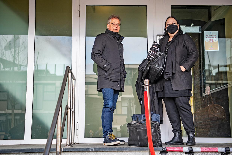 Inez Weski en mede-advocaat Nico Meijering maandag voor aanvang van het Marengo-proces bij 'de Bunker', de extra beveiligde rechtbank in Amsterdam Osdorp. Beeld Guus Dubbelman / de Volkskrant