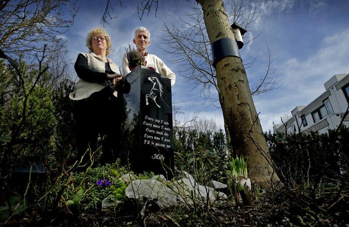 Tineke en Fred bij het monument voor Milly.