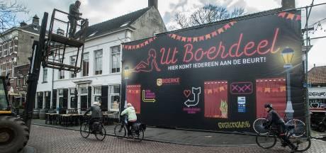 Café Boerke Verschuren pakt weer uit met carnavaleske façade: Ut Boerdeel
