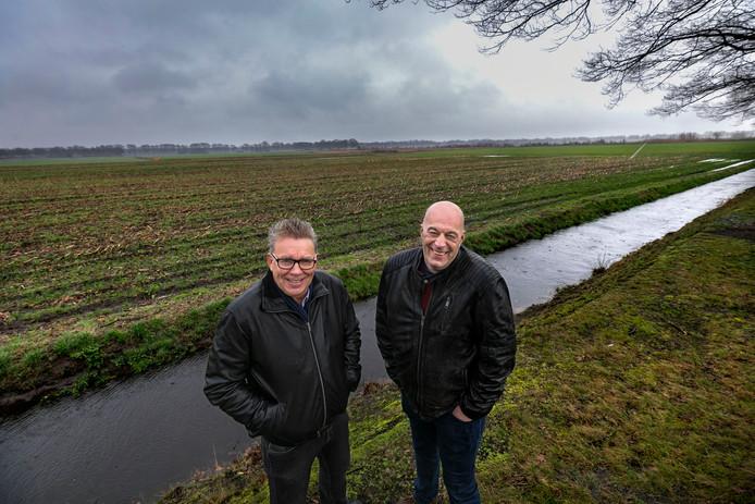 Jack Burg (links) en Willem Hijdra aan de Nachtegaalweg in Deurne, midden in het gebied waar ze al menig erf betreden hebben om veehouders die willen stoppen van advies te voorzien.