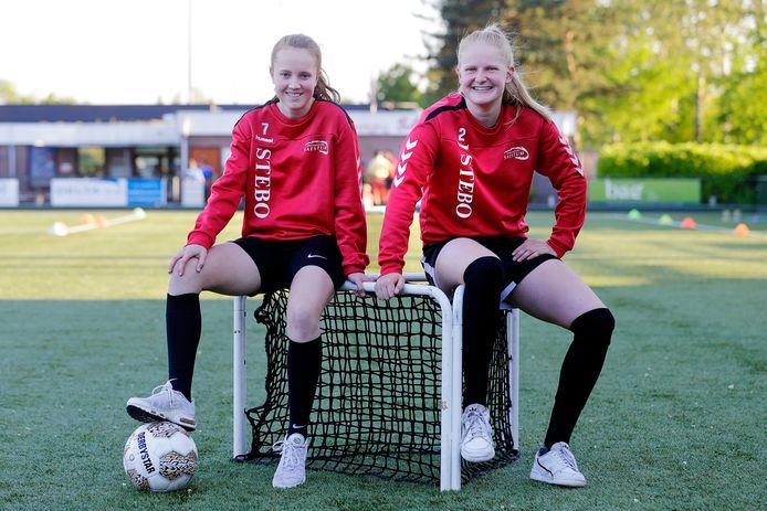 Minke Plate (links) en Linde Veefkind spelen komend seizoen in de hoogste competitie van het Belgische vrouwenvoetbal.