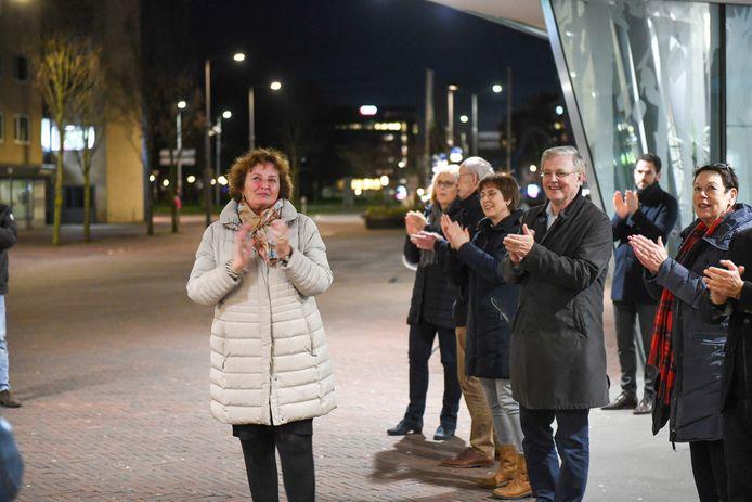 Burgemeester Spies en raadsleden en burgers in Alphen klappen voor de zorg.