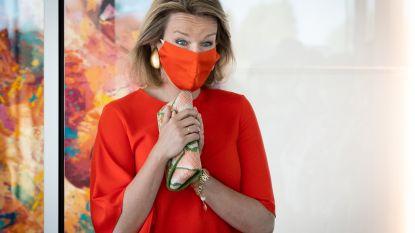 IN BEELD. Koningin Mathilde trendsetter met modieus mondkapje