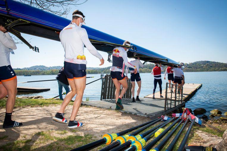 De roeiers van de Holland Acht dragen hun boot voor een training naar het Meer van Varese. Bij de Italiaanse plaatst vindt vanaf vrijdag de EK plaats. Beeld Merijn Soeters