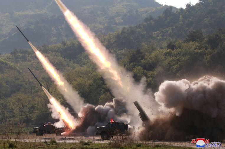 Raketlanceringen tijdens een militaire oefening in Noord-Korea. Beeld REUTERS