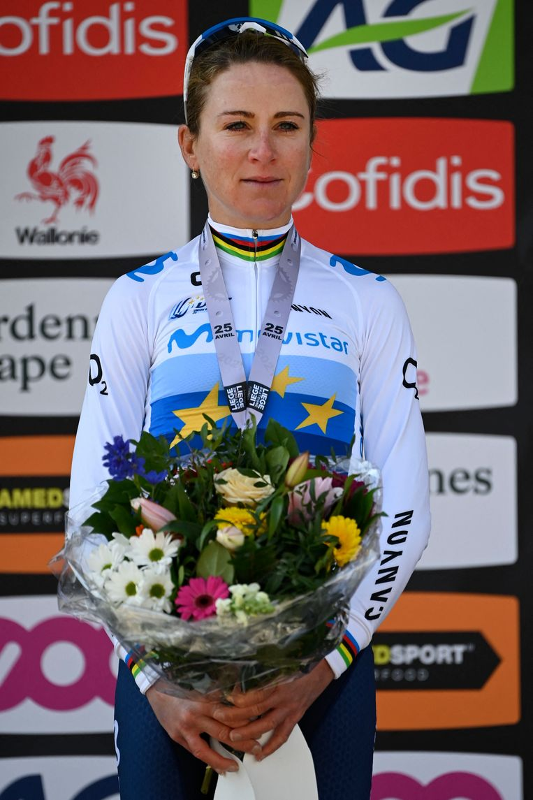 April 2021, Annemiek van Vleuten met de bloemen voor de tweede plaats in Luik-Bastenaken-Luik.  Beeld AFP