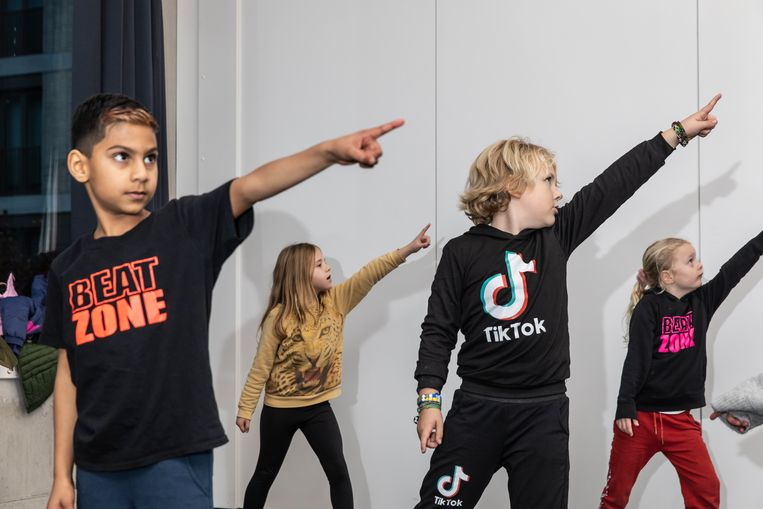 Focko (7, met TikTok-shirt) tijdens zijn streetdanceles. Beeld Dingena Mol