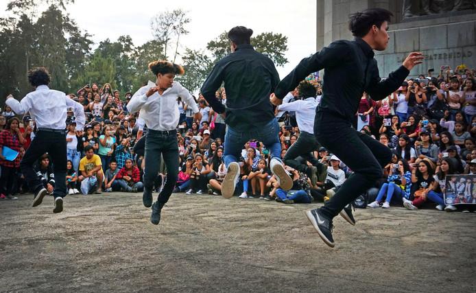 Fans van verschillende Zuid-Koreaanse K-pop bands dansen op hun liedjes in het Campo de Marte-park in het Peruaanse Lima. Foto Mariana Bazo
