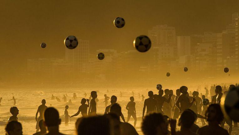 Mensen voetballen op het strand van Rio de Janeiro Beeld AFP